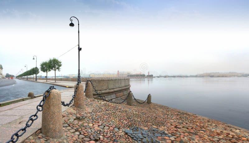 Alvorecer enevoado sobre o rio de Neva em St Petersburg foto de stock royalty free