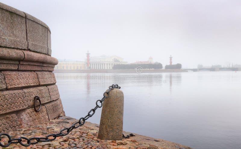 Alvorecer enevoado sobre o rio de Neva em St Petersburg fotos de stock