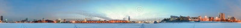 Alvorecer frio. Opinião da cidade. foto de stock royalty free