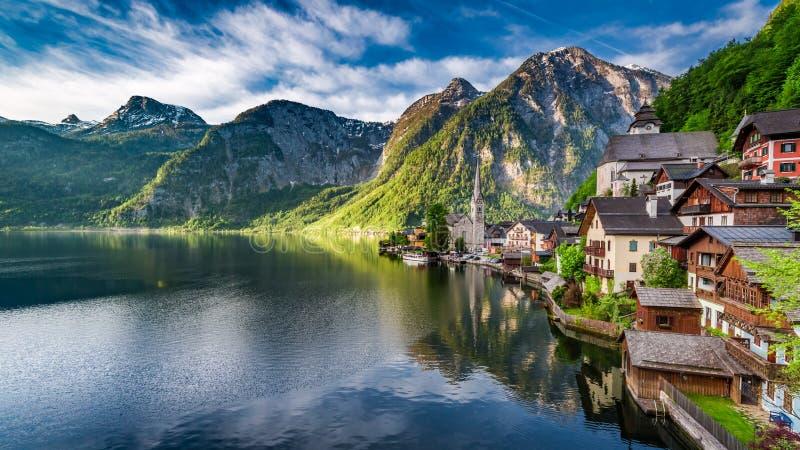 Alvorecer impressionante no lago da montanha em Hallstatt, cumes, Áustria fotografia de stock