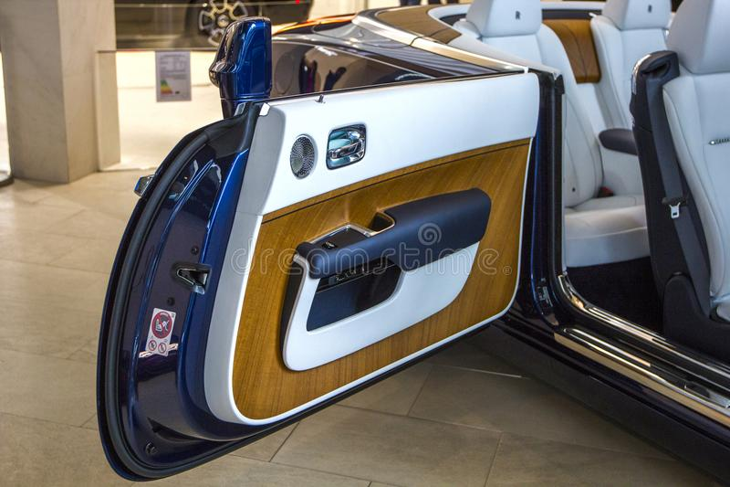 Alvorecer luxuoso de Rolls royce do salão de beleza do carro na EQUIMOSE de BMW do centro de exposição, Munich, Alemanha imagens de stock royalty free