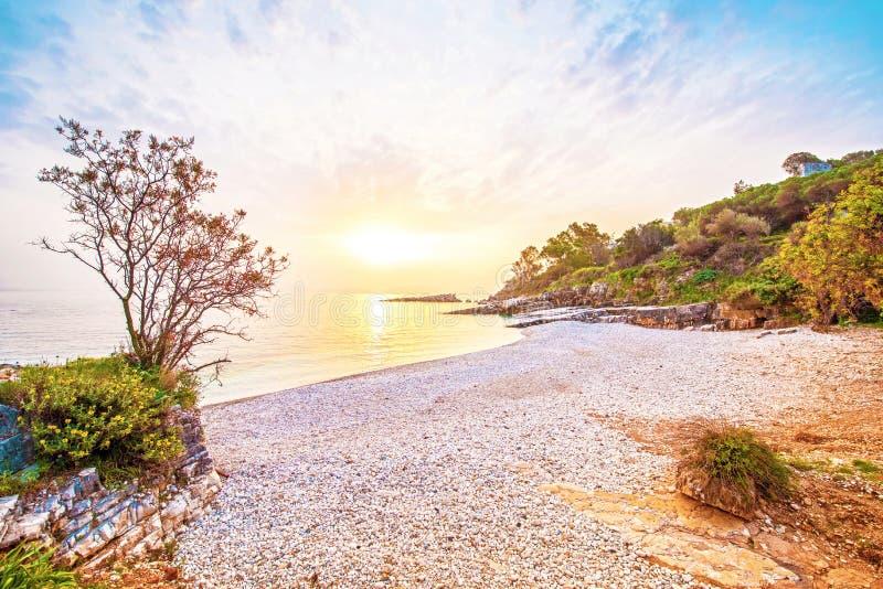 Alvorecer mágico bonito fabuloso na praia de Bataria na costa de t foto de stock royalty free