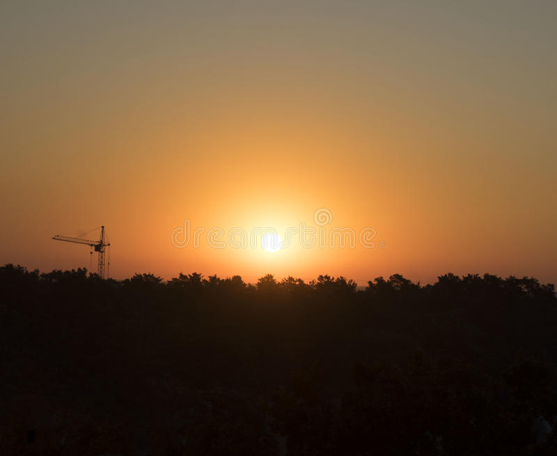 Alvorecer, nascer do sol, construção, guindaste, natureza, floresta, abeto vermelho fotografia de stock