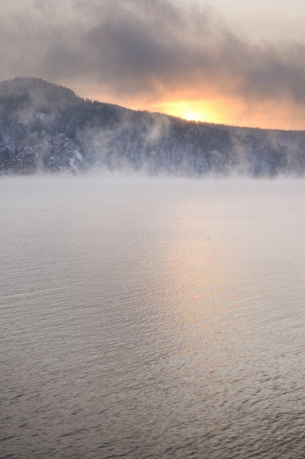 Alvorecer nevoento frio do inverno no Rio Ienissei imagem de stock royalty free