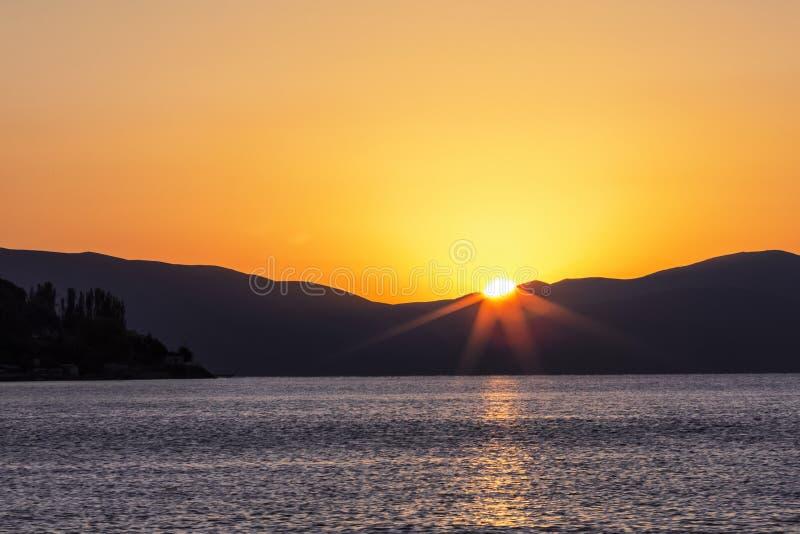 Alvorecer no lago Sevan em Arm?nia fotos de stock