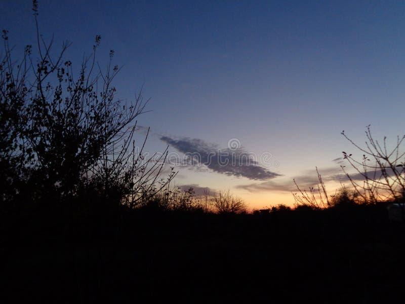 Alvorecer, o sol de aumentação fotografia de stock