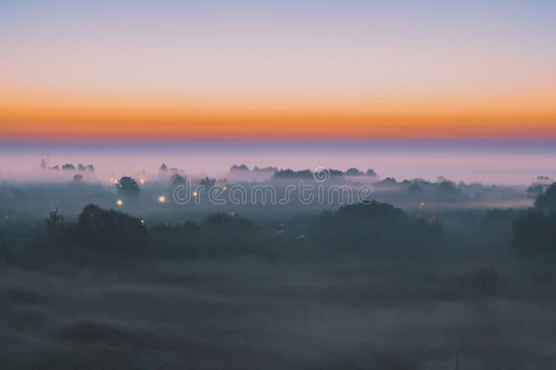 Alvorecer pitoresco com uma névoa sobre a vila foto de stock royalty free