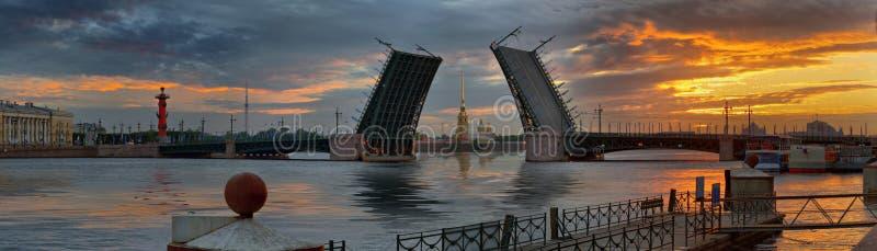Alvorecer sobre Neva e pontes em St Petersburg fotografia de stock