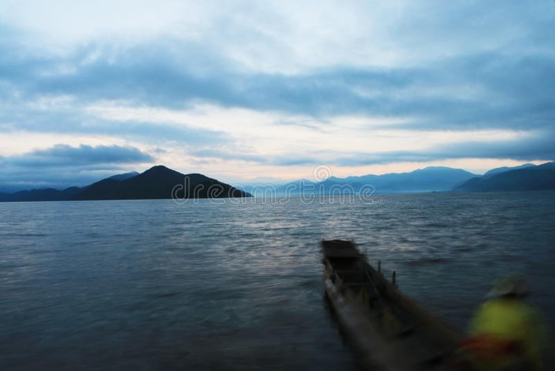 Alvoreceres da manhã no lago do lugu fotos de stock
