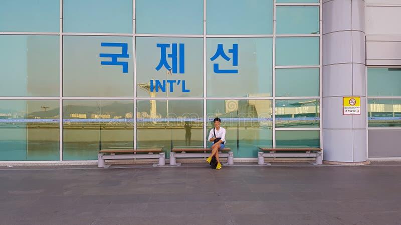 Alvorens de luchthaven, onder het teken van Internationale Vluchten in te gaan royalty-vrije stock fotografie