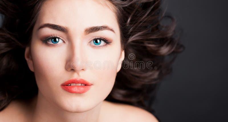 Alyona, cara seria con las lentes de contacto azules, fondo negro imágenes de archivo libres de regalías