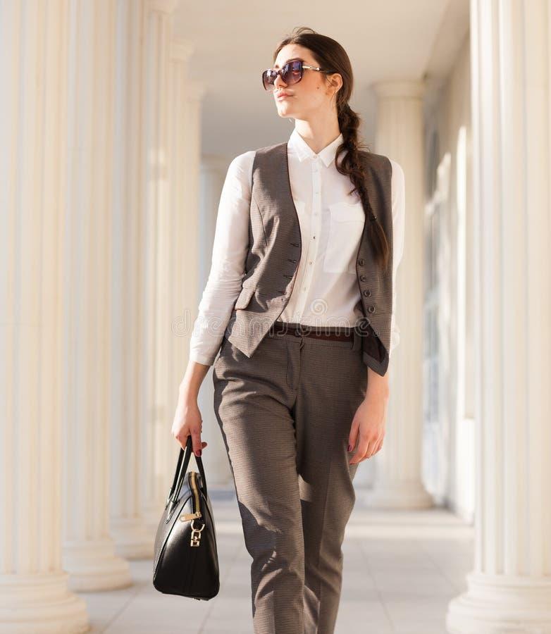 Alyona en un traje de negocios imagen de archivo