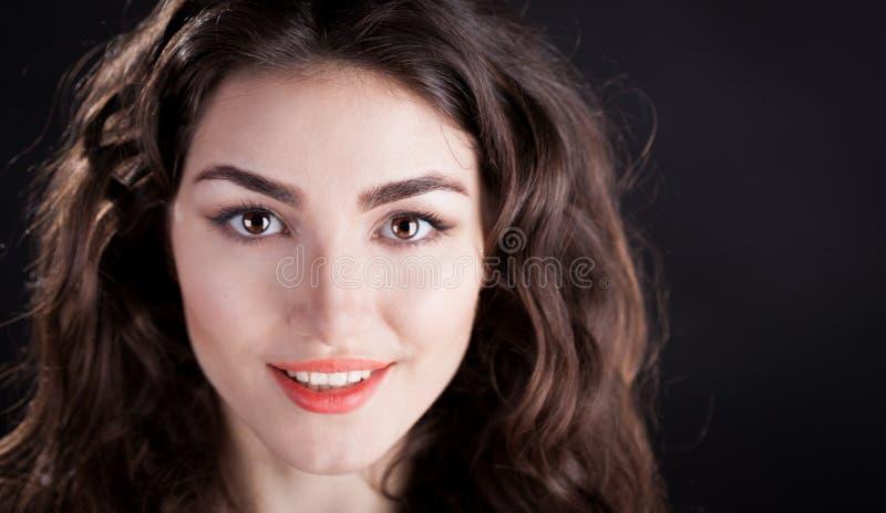 Alyona, uśmiechnięta twarz z brown oczami, czarny tło obrazy royalty free