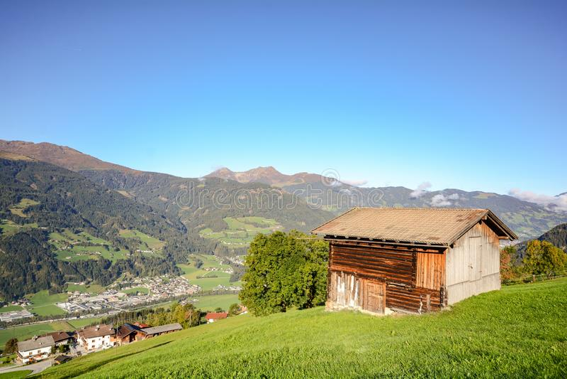 Alza alpina del pasto a un granero de madera viejo con el prado en las montañas austríacas, Zillertal Austria Europa de la montañ fotos de archivo libres de regalías