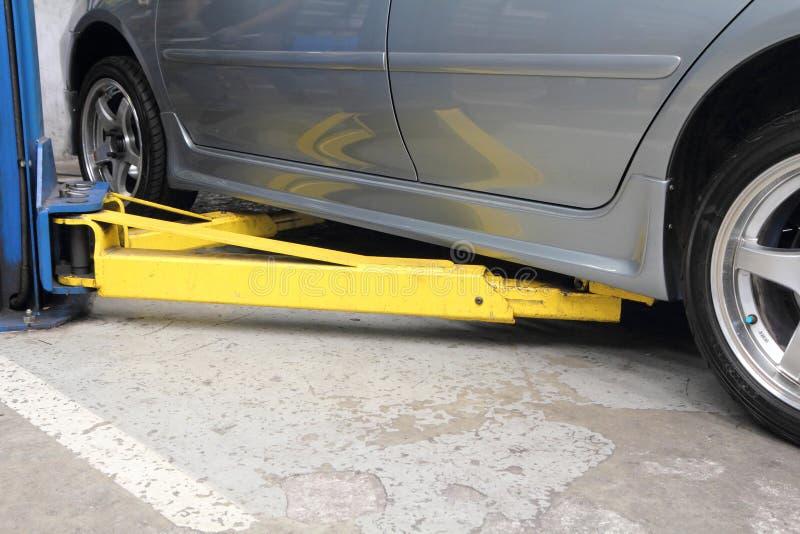 alzamiento para la elevación de /car del coche foto de archivo