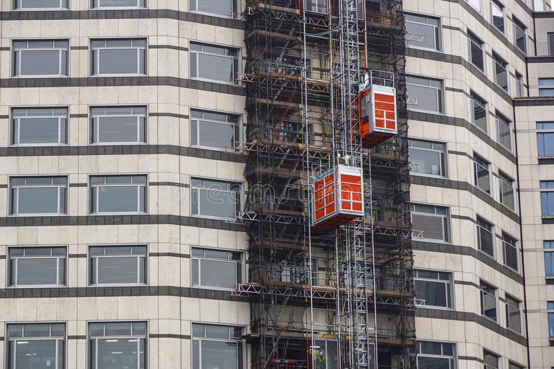 Alzamientos externos usados en la construcción de edificios para traer los materiales del trabajo imagen de archivo libre de regalías
