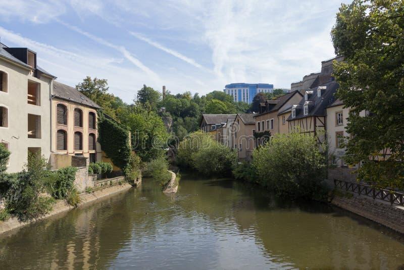 Alzette flod med hus i Luxembourg från gatan arkivbilder