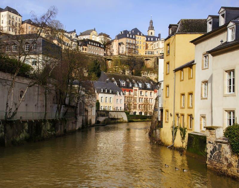 Alzette flod och Grund fjärdedel i den Luxembourg staden royaltyfri bild
