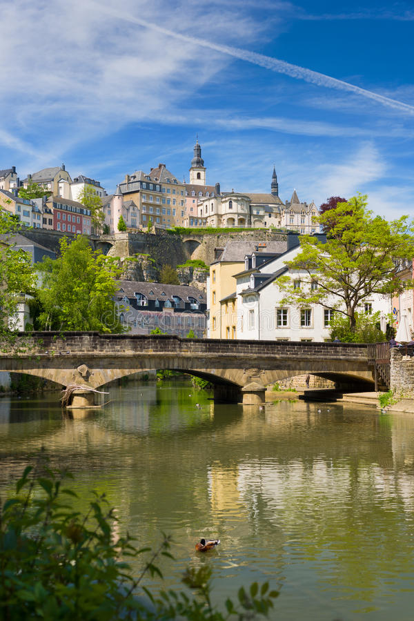 Alzette-Fluss in Luxemburg lizenzfreie stockfotos