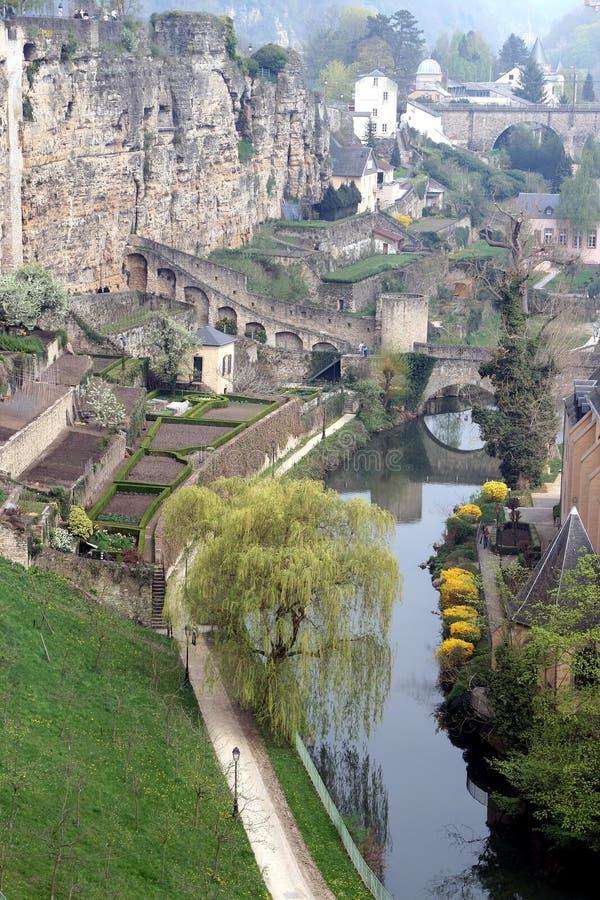 Alzette Fluss- und Stadtwand in der Luxemburg-Stadt stockfotos