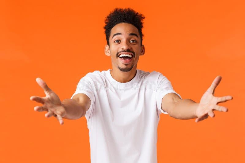 Amável e carinhoso, o namorado afro-americano que se sente amado quer abraçar alguém, esticando os braços em direção à câmera par fotos de stock royalty free