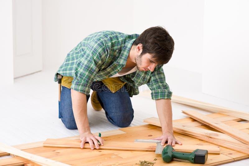 Amélioration de l'habitat - homme installant l'étage en bois image stock