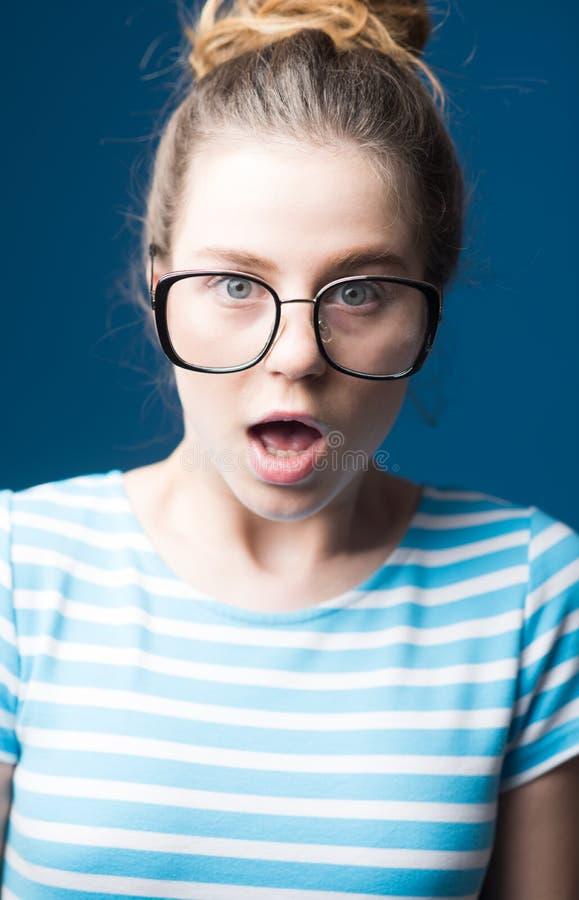 Amélioration visuelle amélioration visuelle de fille de l'adolescence étonnée en verres la femme en verres apporte l'amélioration image libre de droits