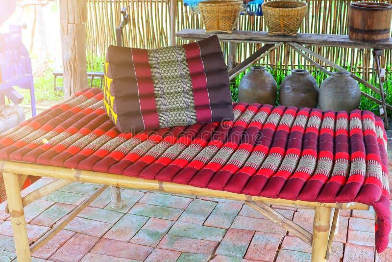 Aménagé d'un lit en tissu tissé, le coin détente de style asiatique en Thaïlande photos stock