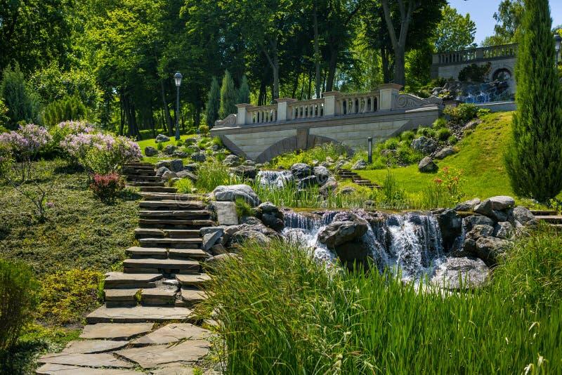 Aménagement dans le jardin Le chemin dans le jardin Beau dos image stock