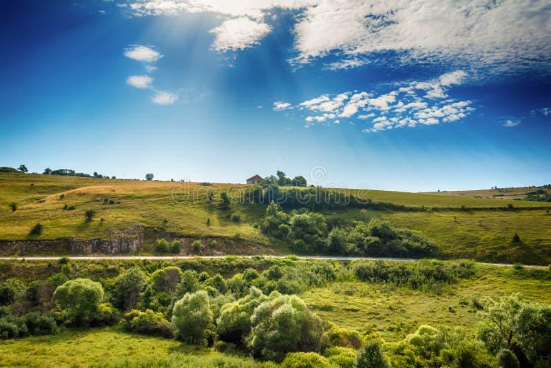 Aménagez en parc autour de la gorge d'Uvac de rivière au matin ensoleillé d'été image libre de droits
