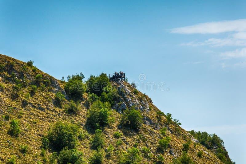 Aménagez en parc autour de la gorge d'Uvac de rivière au matin ensoleillé d'été photo libre de droits