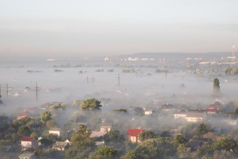 Aménagez en parc avec des arbres et des bâtiments dans le brouillard images libres de droits