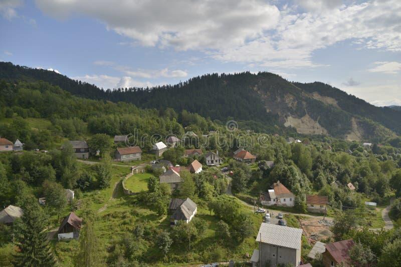 Aménagez en parc avec des maisons chez Rosia Montana, Roumanie, l'Europe images stock