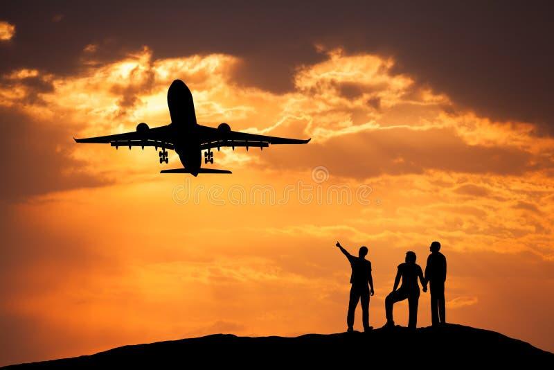 Aménagez en parc avec des silhouettes des personnes debout, passager airplan photographie stock
