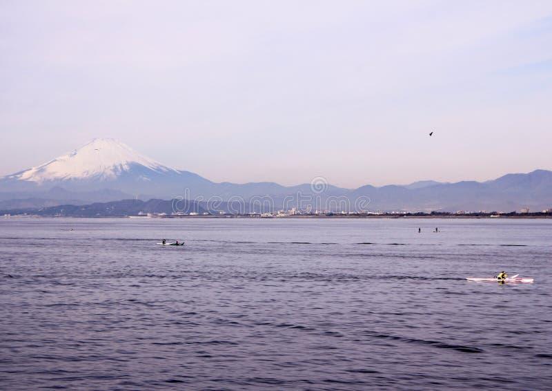 Aménagez en parc avec l'océan pacifique, les bateaux et le bâti Fujiyama sur le fond photographie stock libre de droits