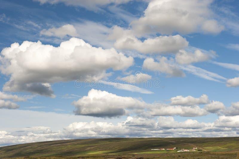 Aménagez en parc avec la ferme et le beau ciel, Islande images libres de droits