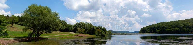 Aménagez en parc avec la forêt de lac, la montagne et le ciel bleu image stock