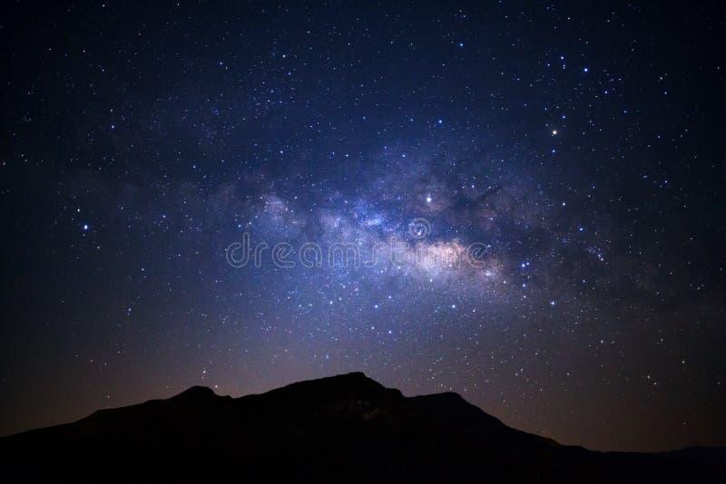 Aménagez en parc avec la galaxie de manière laiteuse au-dessus du moutain élevé, esprit de ciel nocturne photos libres de droits