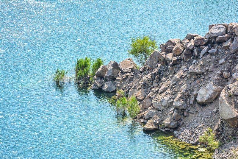 Aménagez en parc avec la pente rocheuse de granit et le lac bleu le jour photo stock