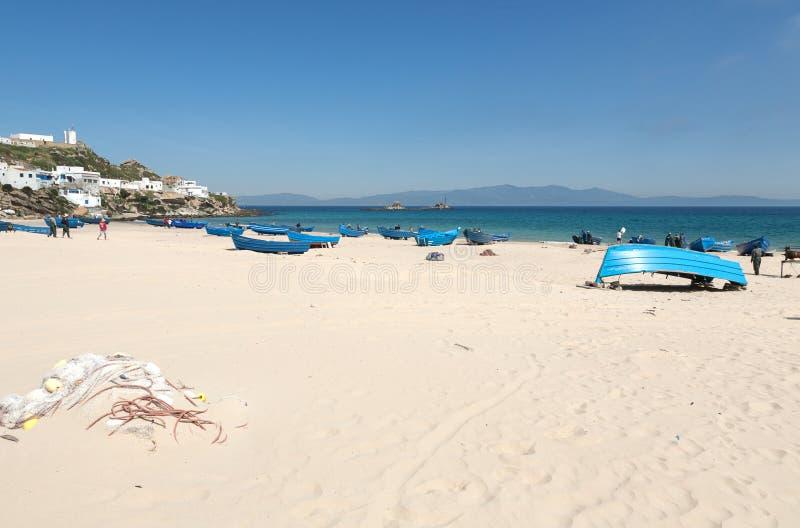 Aménagez en parc avec la plage sablonneuse de Tanger, Maroc, Afrique photos libres de droits