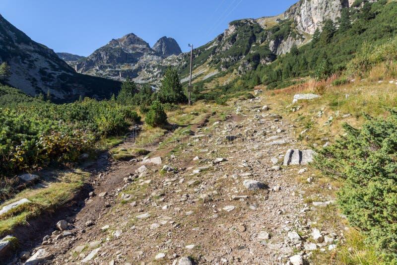 Aménagez en parc avec la traînée à monter la crête de Malyovitsa, montagne de Rila photo libre de droits