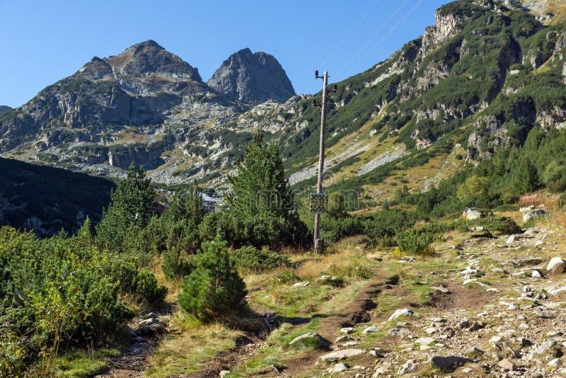 Aménagez en parc avec la traînée à monter la crête de Malyovitsa, montagne de Rila images stock