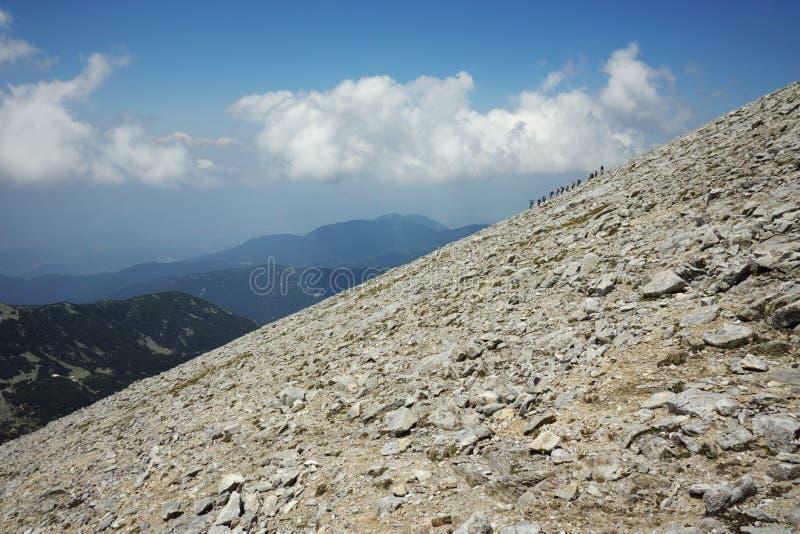 Aménagez en parc avec la traînée pour monter une crête de Vihren, montagne de Pirin photos stock