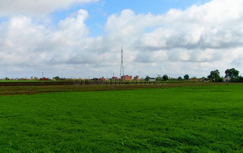 Aménagez en parc avec le champ d'herbe verte et le ciel bleu images libres de droits