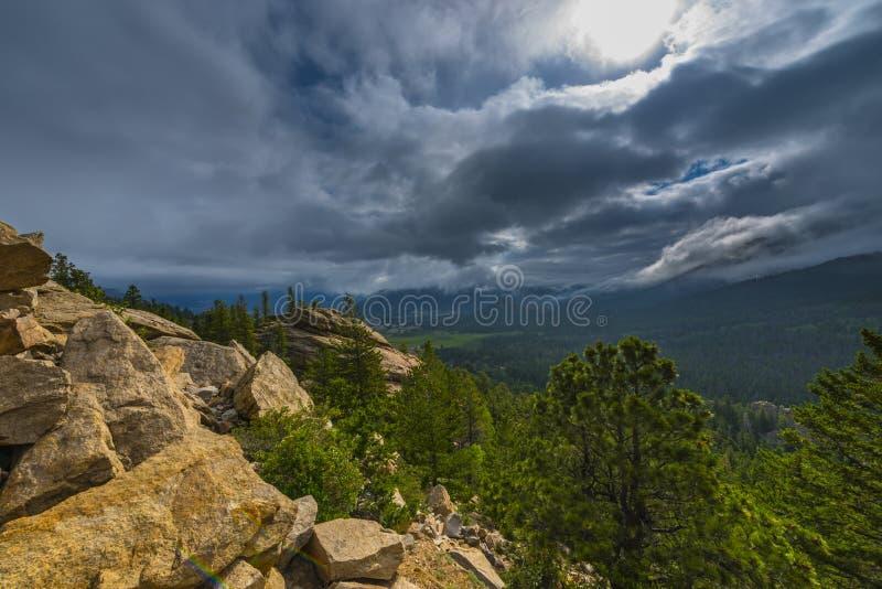 Aménagez en parc avec le ciel bleu et les arbres dans le Colorado image libre de droits