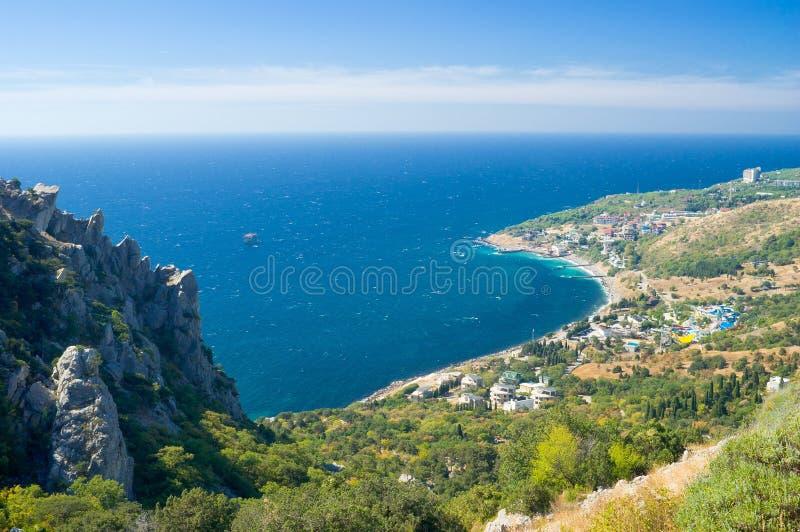 Aménagez en parc avec le compartiment bleu près de la ville de Simeiz, Crimée photo libre de droits