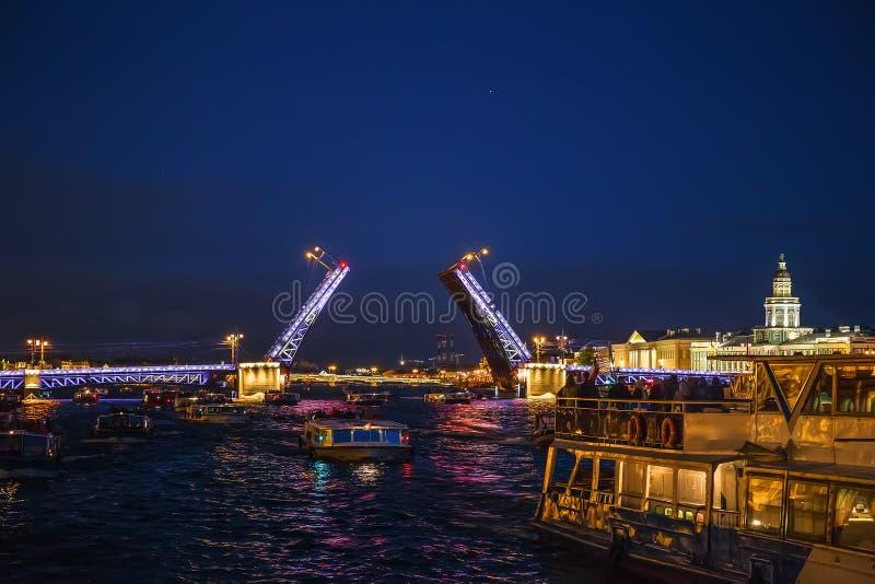 Aménagez en parc avec le pont ouvert de palais, vue de rivière de Neva de bateau, à St Petersburg photos libres de droits