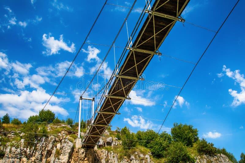 Aménagez en parc avec le pont piétonnier à la gorge d'Uvac de rivière images stock
