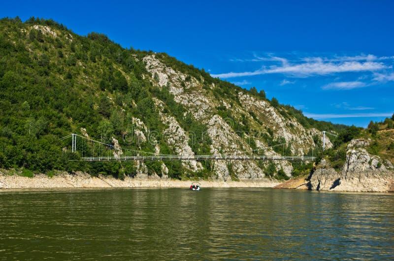 Aménagez en parc avec le pont piétonnier à la gorge d'Uvac de rivière image libre de droits