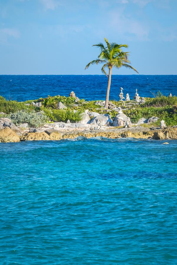 Aménagez en parc avec les roches équilibrées, pierres à côté d'un palmier sur un pilier de corail rocheux Eau de mer des Caraïbes images libres de droits